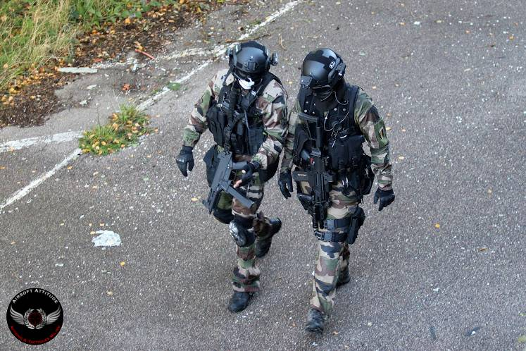 Commander, airsoft, paintball, team leader, chef, ordre, hiérarchie, équipe, radio, signe