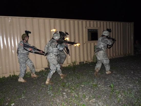 airsoft la nuit, partie nocturne, orientation, danger, psychologie, lampe, surefire, commando, milsim airsoft paintball